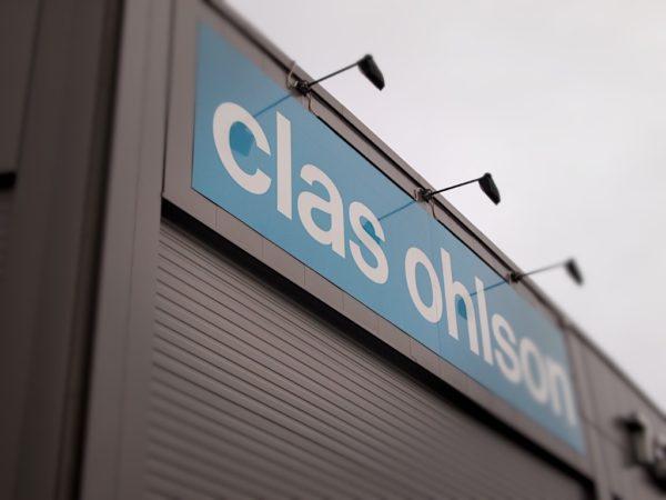 Fasadeskilt til Clas Ohlson med lysarmaturer Informasjonsskilt Informasjonsskilt clas ohlson plateskilt 600x450